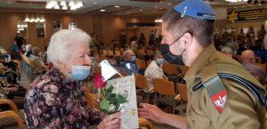 חיילי כפיר מחלקים פרח ביום השואה-אחוזת בית הכרם