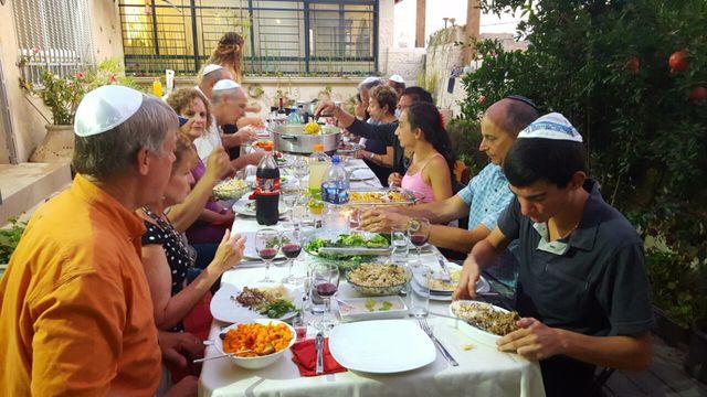 שף ליאת דה-כהן מארחת בחצר. צילום ליאת דה כהן