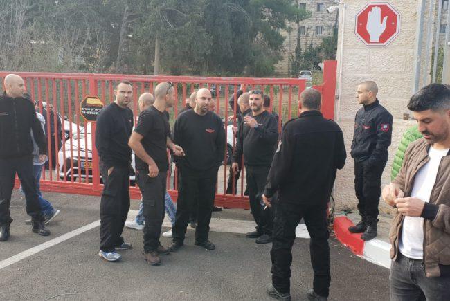 השר ארדן מתערב בסכסוך האש בירושלים: פגישה בין הכבאים לבין הנציב